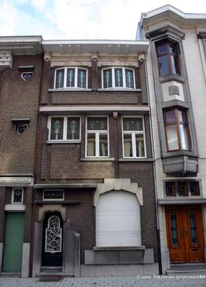 г. Синт-Никлас, Бельгия. Уникальная старинная улочка De Monseigneur Stillemansstraat. Здесь каждый дом выстроен в стиле Арт-деко. В 2002 году каждый дом на этой улице был отреставрирован, и охраняются как памятники архитектуры. А сама улица является охраняемым памятником городского пейзажа. На фотографии дом № 26.