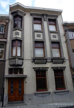 г. Синт-Никлас, Бельгия. Уникальная старинная улочка De Monseigneur Stillemansstraat. Здесь каждый дом выстроен в стиле Арт-деко. В 2002 году каждый дом на этой улице был отреставрирован, и охраняются как памятники архитектуры. А сама улица является охраняемым памятником городского пейзажа. На фотографии дом № 28.