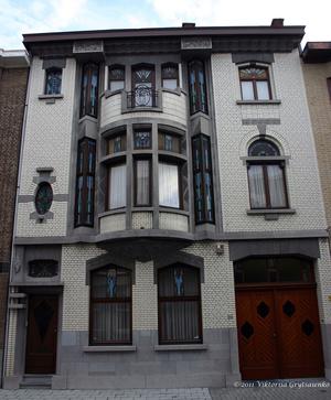 г. Синт-Никлас, Бельгия. Уникальная старинная улочка De Monseigneur Stillemansstraat. Здесь каждый дом выстроен в стиле Арт-деко. В 2002 году каждый дом на этой улице был отреставрирован, и охраняются как памятники архитектуры. А сама улица является охраняемым памятником городского пейзажа. На фотографии дом № 38.