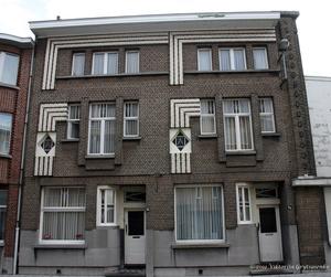 г. Синт-Никлас, Бельгия. Уникальная старинная улочка De Monseigneur Stillemansstraat. Здесь каждый дом выстроен в стиле Арт-деко. В 2002 году каждый дом на этой улице был отреставрирован, и охраняются как памятники архитектуры. А сама улица является охраняемым памятником городского пейзажа. На фотографии дома № 74 и 76.