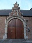 г. Синт-Никлас, Бельгия. Так называемые Ворота Милосердия (Inrijpoort dekenij). Ворота находятся на улице  Ankerstraat, были построены в 1697 году в виде арки в стиле барокко. Были отреставрированы в 1983 году и охраняются как памятник архитектуры.