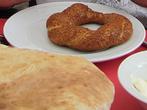 Самое знаменитое турецкое хлебо-булочное изделие – сИмит. Такие бублики, обсыпанные семенами сезама, пекут и в Греции, и на Балканах, и на Ближнем Востоке, но только в Турции существует настоящий культ симита. Он так популярен, что турки дотошно подсчитали, что за один день они съедают 2,5 млн. бубликов, около миллиона из которых поедает Стамбул.