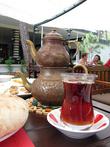 Процесс «вытягивания» вкуса из пересушенных после ферментации чайных листьев турецкого rize не отличается особой деликатностью. Есть даже способ заваривания, при котором rize советуют засыпать в кипящую воду, интенсивно размешивать и растирать заварку ложкой примерно минуту, а потом выдерживать 6-7 минут в закрытом сосуде.  Более традиционно rize заваривают при помощи двух, поставленных друг на друга чайников, что очень похоже на наш «самоварный» способ. В большой, нижний чайник без крышки наливают воду и ставят на огонь. В маленький чайник кладут заварку и ставят его на большой чайник. Когда вода в большом чайнике закипит, её заливают в маленький чайник и дают настояться около 10 минут. Пьют rize из маленьких стеклянных стаканчиков, которые из-за формы по-турецки называются «армут», т.е. груша. Пьют чай очень горячим и почти всегда с сахаром.