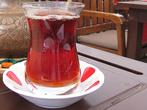 Сейчас чай в Турции пьют все и везде. Это вообще самый любимый напиток в стране и один из самых популярных сувениров. Удивительно, но в Турции чай обошел кофе по популярности только в начале прошлого века. Связано это было с тем, что экспортный кофе стал слишком дорогим удовольствием, а выращивать его внутри страны было невозможно. Поэтому туркам пришлось заменить кофе более дешевым напитком и уже в конце 30-х гг. на восточном побережье Черного моря, в районе города Rize, появились первые турецкие чайные плантации. Здесь выращивают черный мелколистный чай, который внутри страны часто так и называют «rize». Rize — чай  низкого качества, который чайные гурманы и чаем-то не считают. Чаще всего его сравнивают с грузинским чаем, только он более чистый и однородный. Он дает густой настой интенсивного красного цвета с терпким, чуть сладковатым вкусом почти без аромата.