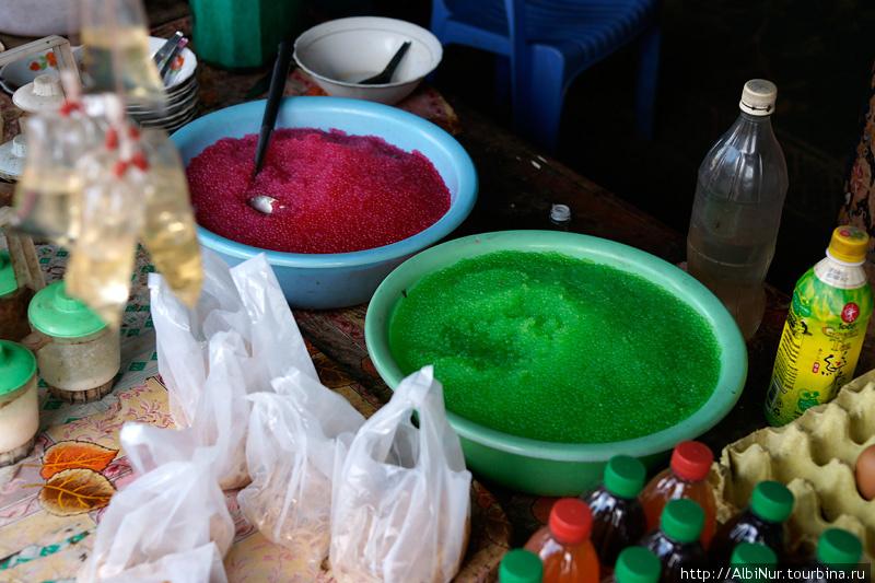 Удивительная еда обнаружена в Лаосе: желатиновые подкрашенные гранулы без вкуса и запаха, похожие на разноцветную икру. Едят это подобно лапше, добавляя зелень и поливая специями.