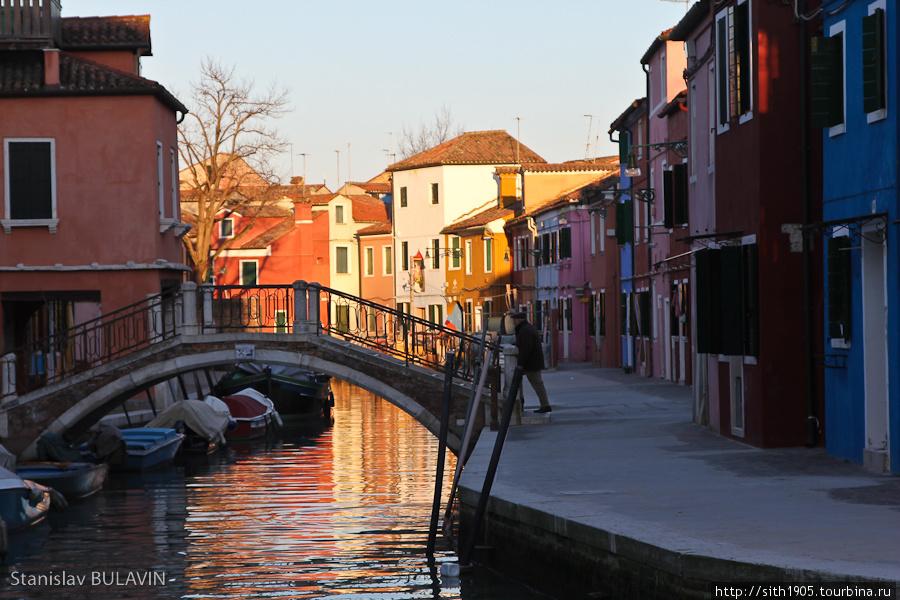 Десять минут в пути от Торчелло - и мы в Бурано, где мы остались еще на пару часов, не поехав на экскурсионном кораблике обратно в Венецию. В Бурано я уже давно хотел побывать. Этот рыбацкий островок известен своими разноцветными домами и кружевами*sith1905*Венеция в январе*Венеция, Венето, Италия
