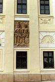 Дом рыцарей, на площади рядом с каменным фонтаном.