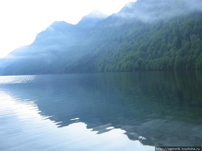 Озеро абсолютно спокойное