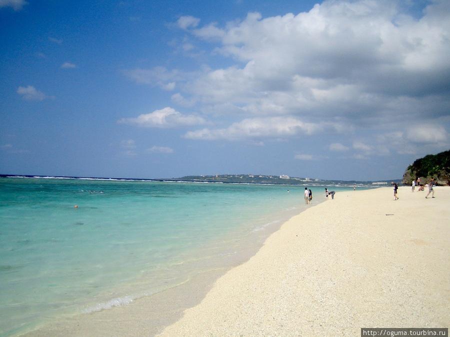 Пляж на Сезоко. Уже был конец сезона, октябрь месяц, народу немного.