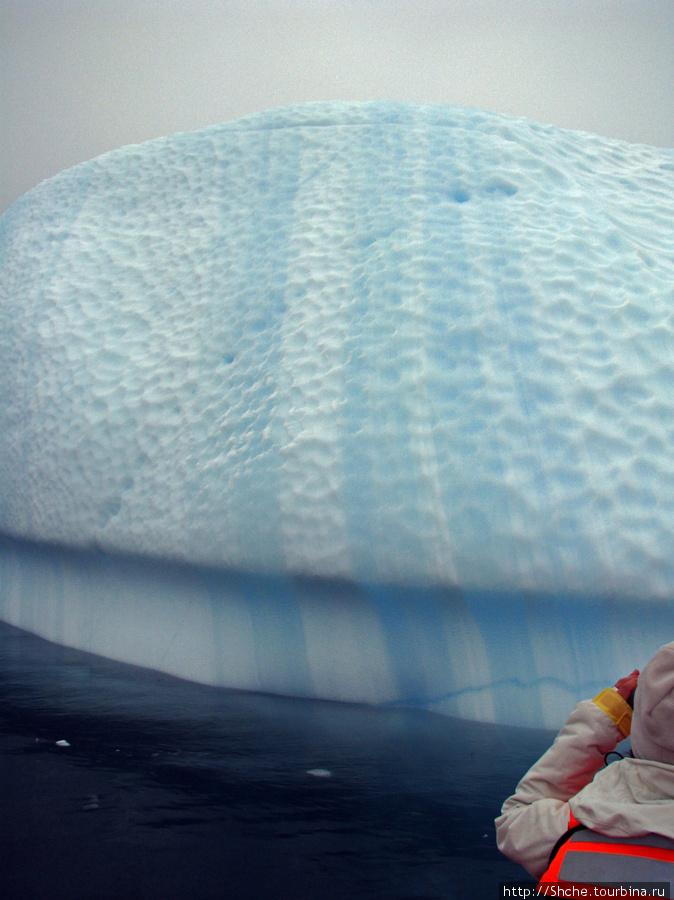 Вертикальные синие слои говорят не только о процессе формирования айсберга, но и том, что он как минимум один раз перевернулся. Давно здесь...