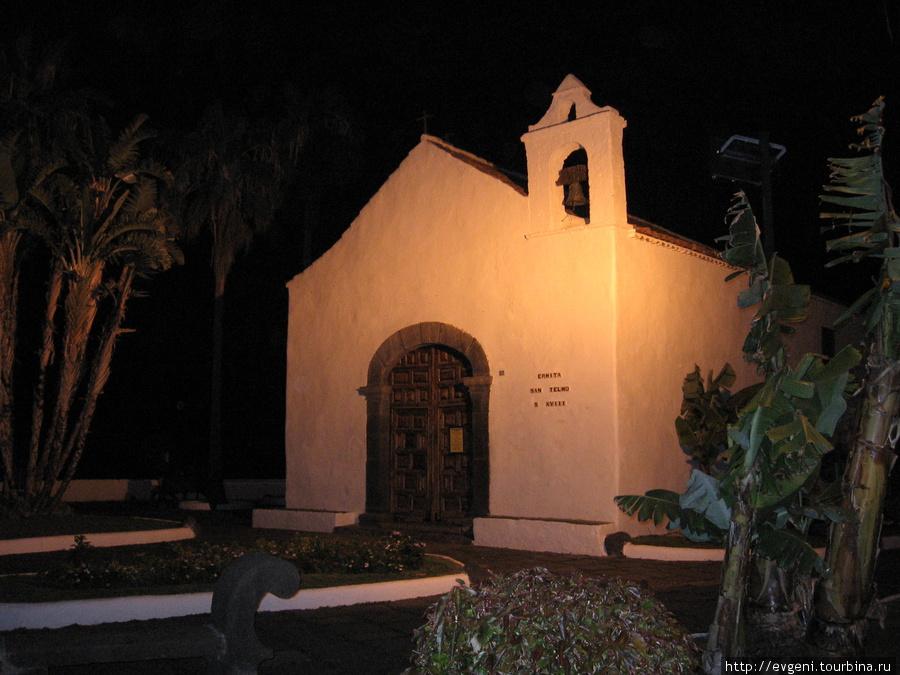 Пуэрто Круз-часовня Сан-Тельмо-вечером