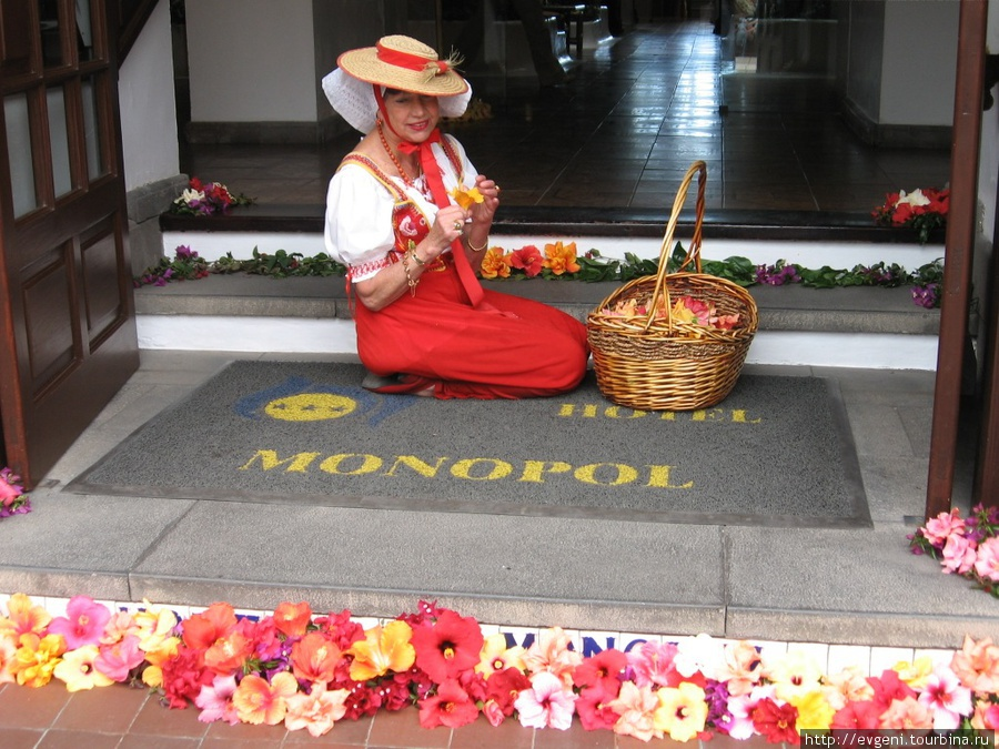 отель MONOPOL — так всегда украшен вход
