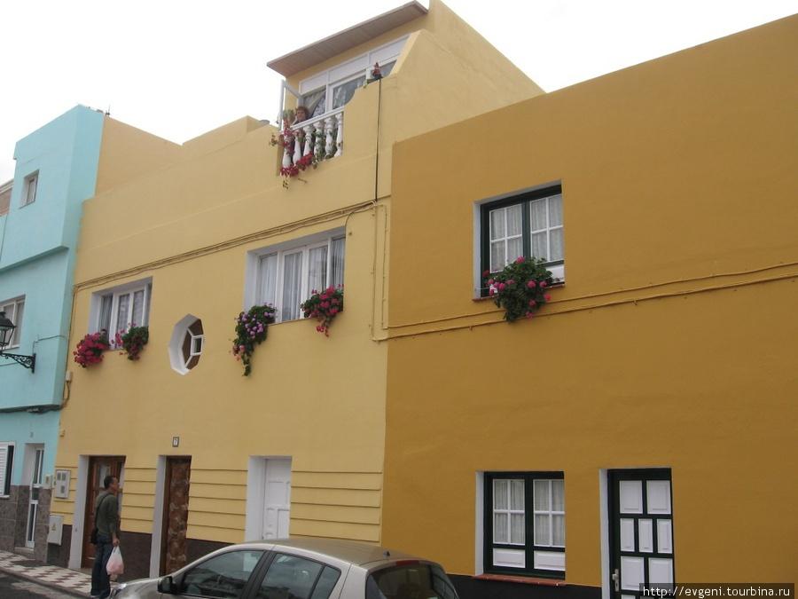 дома в районе Пунта Браво, красиво украшены цветами...