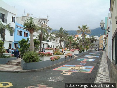 маленькая, уютная площадь района Пунта Браво в Пуэрто Крузе