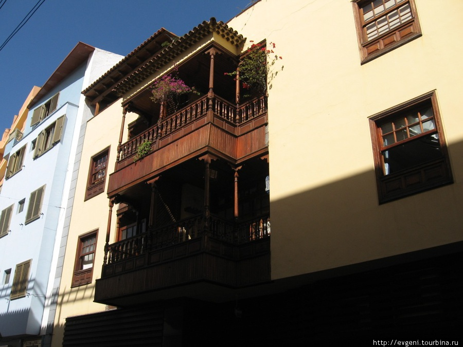 Старинный дом с балконами