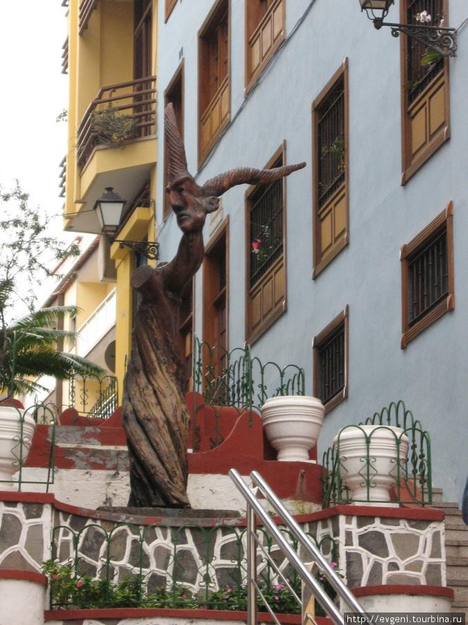 улица Irirarte -деревянная скульптура