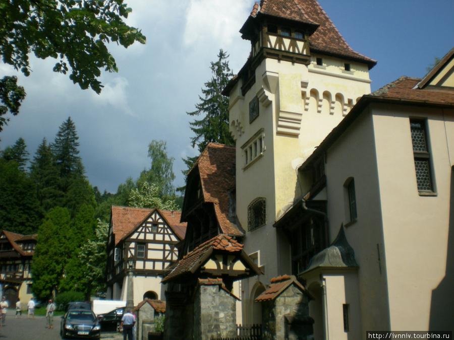 Рядом с замками находится очень много различных кафешек и отелей выполненных в таком же стиле