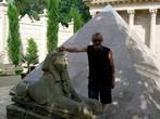 Пирамида и сфинкс.