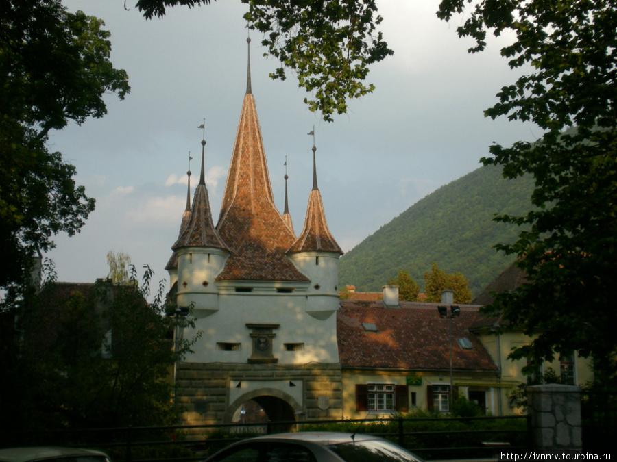 ворота в старый город, как то связанные с нашей Екатериной (то ли она их подарила, то ли в честь нее их поставили) Брашов, Румыния