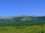 В среднем и верхнем течении река Каратош имеет очень широкую долину
