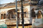Электропроводка в Лаосе поражает своей хаотичностью. Протягивают черт знает как и где, прямо через балконы домов, неряшливыми пучками через улицы, перегораживая окна. Как они в этом потом разбираются непонятно.