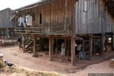 Традиционный лаосский дом на сваях. В сезон дождей это помогает сохранить дом сухим. Под домом, в тени лаосцы пережидают полуденный зной, или работают. Например здесь кустарное ткацкое производство.