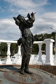 Скульптура на набережной озера Абрау.