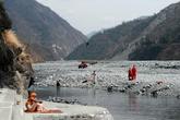 канат над рекой протянут для того, чтобы передавать по нему продукты на другой берег во время разлива реки