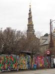Церковь с винтовой лестницей — ориентир для нахождения Христиании. ее видно со многих мест Копенгагена. Глянуть бы с нее сверху, но вход на лестницу открыт с апреля, а мы были в феврале.