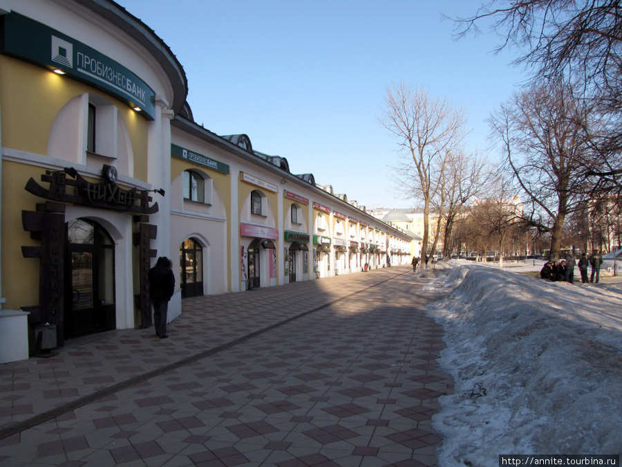 Торговые (Хлебные) ряды по ул. Кольцова. Выглядят отлично — в них расположены магазины, офисы банков, ресторанчики.