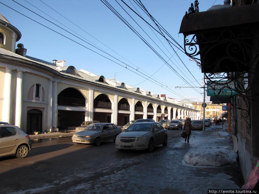 Торговые ряды (Хлебные) по улице Краснорядской. Вид с Краснорядской. Не видно ни одной вывески.