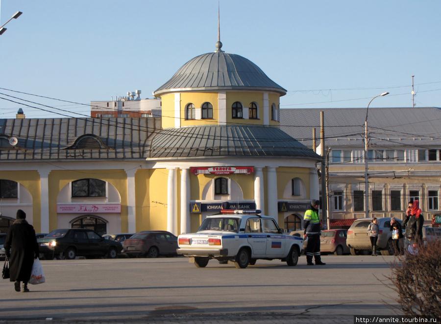 Торговые (Хлебные) ряды по ул. Кольцова. Башня со шпилем.