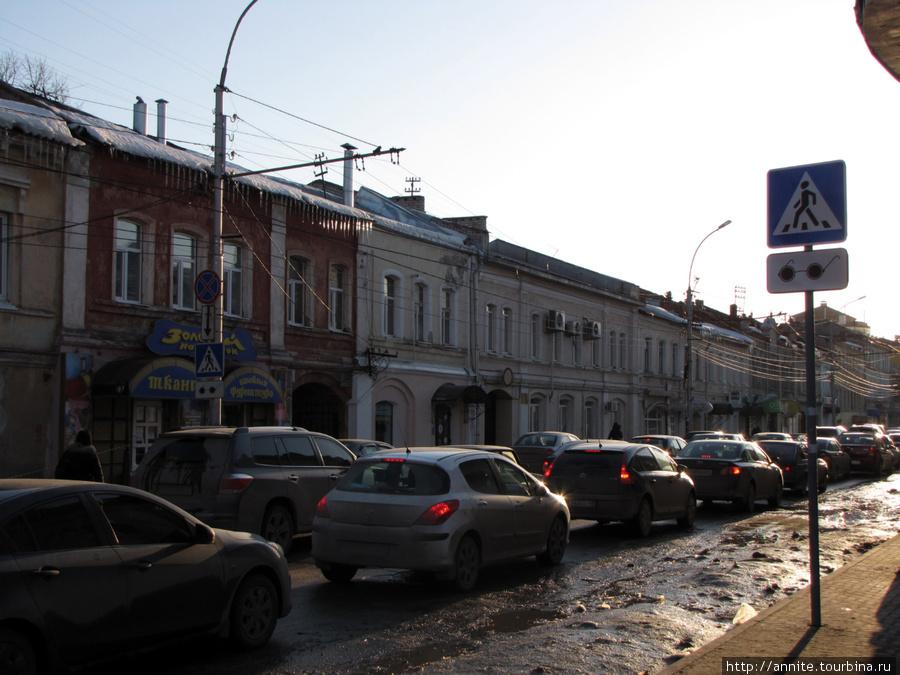 ул. Краснорядская (за Торговыми рядами), пробка в час пик.