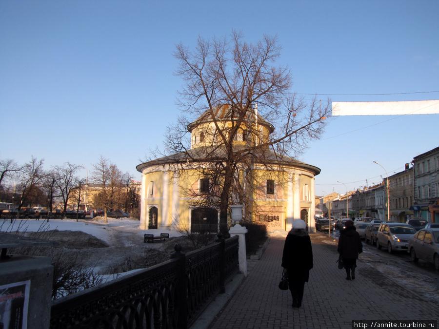 Торговые ряды (Хлебные) по улице Краснорядской. С боку выглядят вполне ничего.