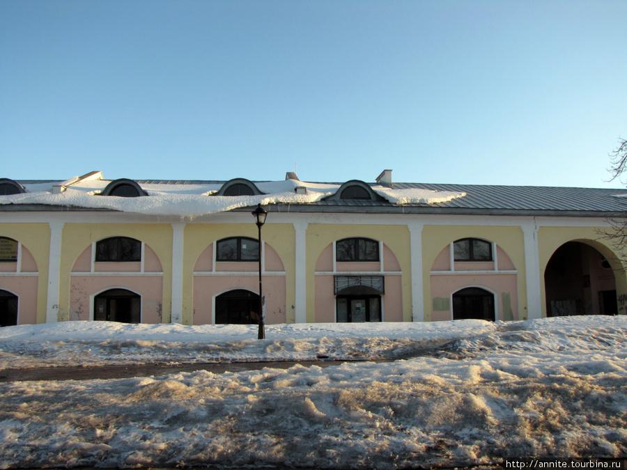 Торговые ряды (Хлебные) по улице Краснорядской. Если приглядеться — можно увидеть вывеску монастырской лавки.