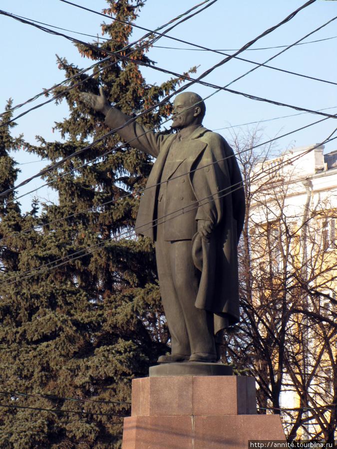 Бронзовый Ильич, указывающий рукой на Москву.