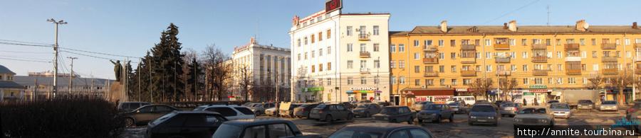 Панорама площади Ленина. Площадь переходит в ул. Горького (справа).