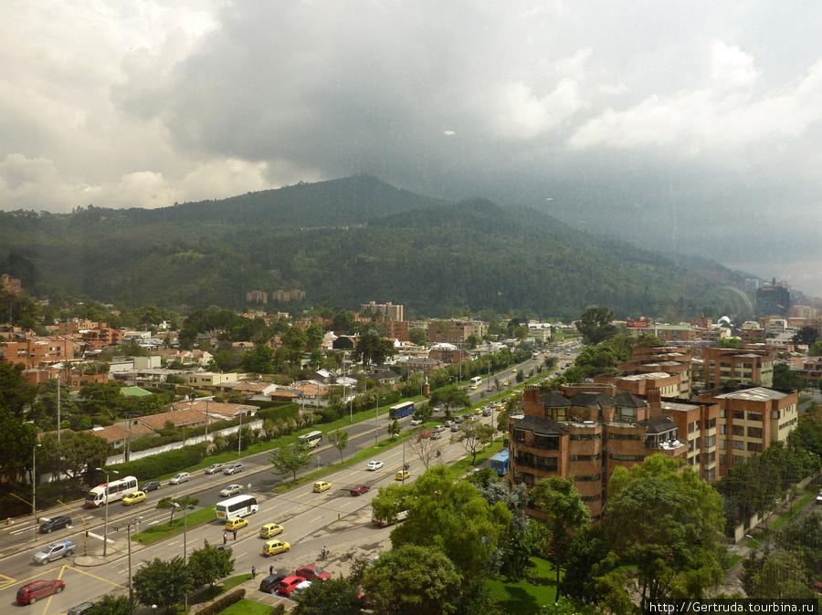 Вид из номера гостиницы  Боготу и горы.