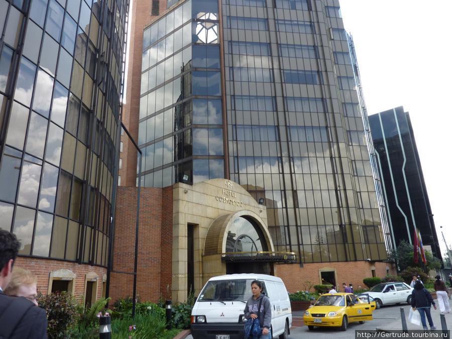 Две башни гостиницы с общим входом.