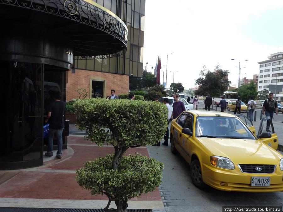 Такси подъезжают одно за другим.