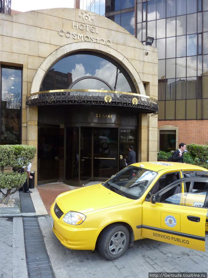 Приехали к входу в отель.