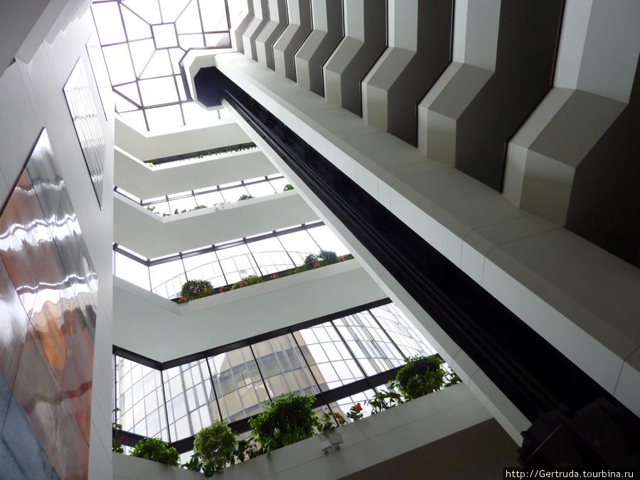 Взгляд  снизу вверх, лифтовый подъемник.