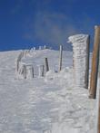 Эти столбы вкопали после серии трагических событий, когда туристы в условиях плохой видимости теряли направление. В хорошие, снежные зимы высота столбов, торчащих из-под снега, не превышает уровня колена.