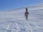 Пурга усиливается... Для внетрассового катания в районе Драгобрата комплект лавинного снаряжения обязателен, а пуховая куртка или жилет должны лежать в рюкзаке даже в солнечную погоду.