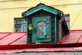 Домик Карлсона расположен на крыше отдельно стоящего современного здания, находящегося в глубине двора дома 50 наб. Фонтанки. Здание это – не что иное, как семейный кукольный театр «Karlsson Haus».