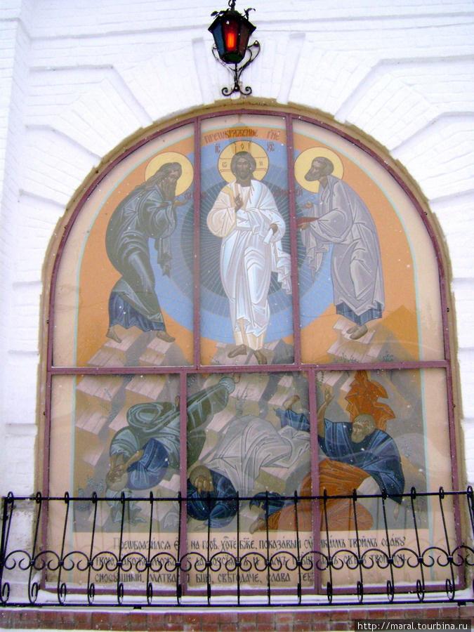 Преобразившийся Спаситель благославляет всех входящих в святую обитель