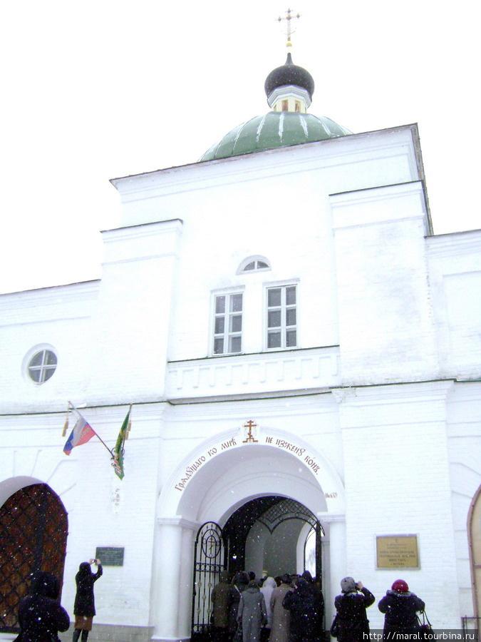 Врата монастыря открыты для всех желающих войти
