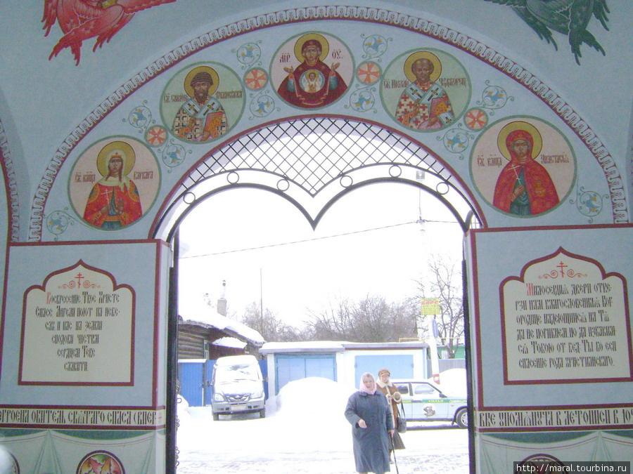 Входящих благославляет Богородица со святыми угодниками