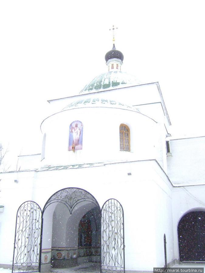 Мы вошли в монастырь через распахнутые врата церкви во имя чудотворца Кирилла Белозёрского (начало XIX века)