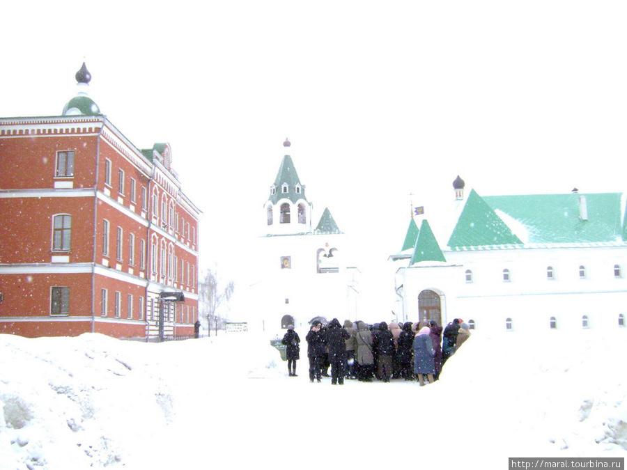 Белые стены монастырских зданий сливались с белизной свежевыпавшего снега и молочно-белым мартовским небом
